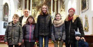 Carolin Junius mit ihrem Chor und Pater Mirko