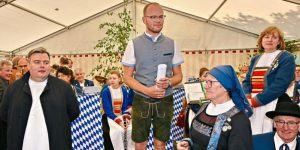 Der Vorsitzende des Fördervereins, Dr. Bastian Ach (Mitte), und Wallfahrtsdirektor Pater Jakob Zarzycki (vorne links) begrüßten die Gäste beim ersten Gartlberger Maifest.