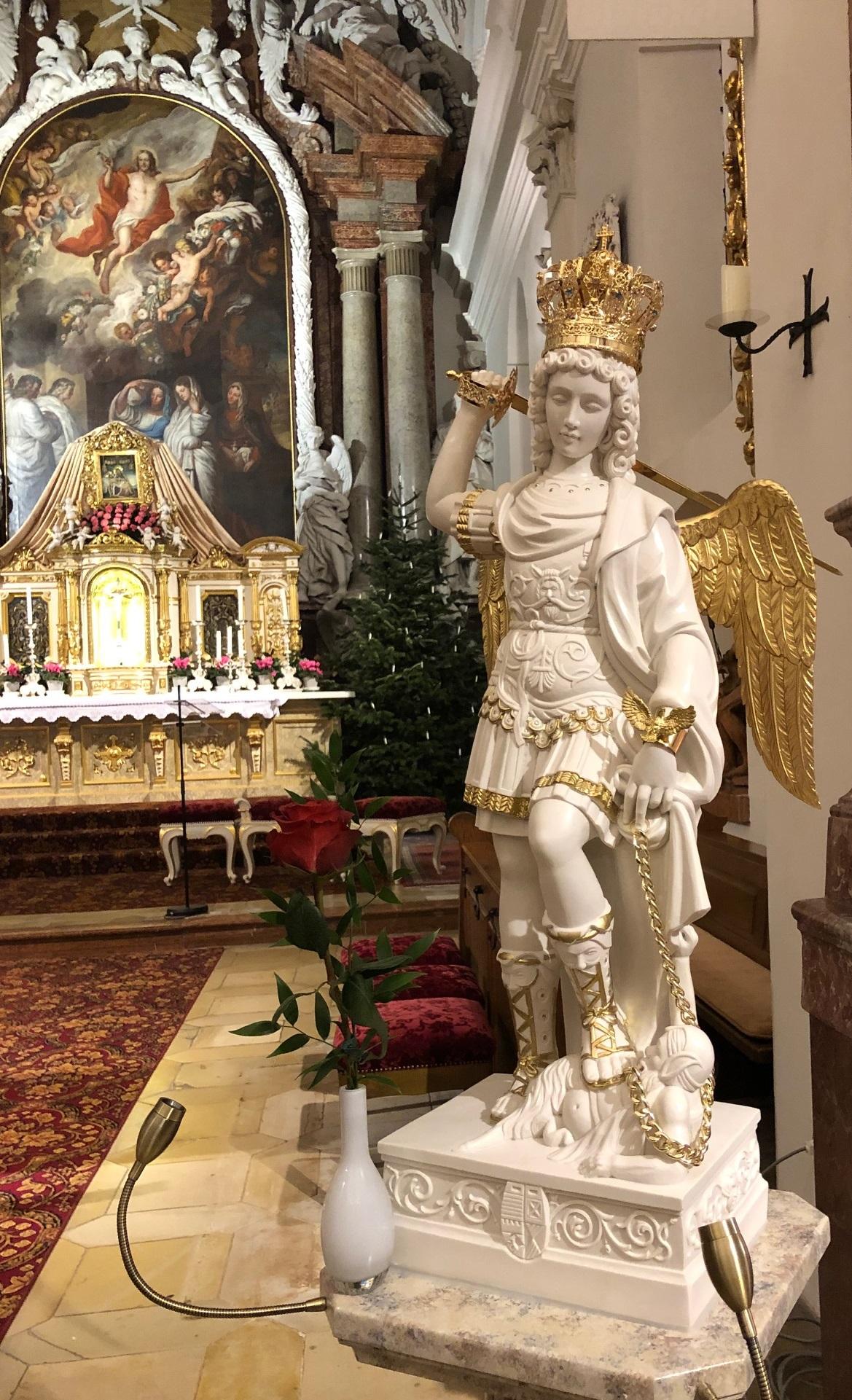 Die Erzengel-Michael-Statue nach ihrer Weihe