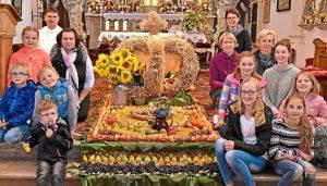 Die Kinder des Gartenbauvereins haben mit Unterstützung der erwachsenen Mitglieder einen prächtigen Ernteteppich in der Gartlbergkirche gelegt. (von links) Pater Jacek Fraczek, Martina Erlmeier, Jutta Kunz, Vereinsvorsitzende Christine Fuchs-Kastl und Sieglinde Lehlbach. −Foto: Hampel