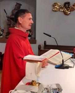 Pater Jacek Frączek beim Abschied nach der Montagabendmesse in der Gartlbergkirche