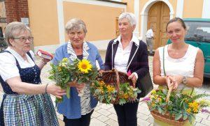 Aufgrund der Corona-Restriktionen brachten viele Besucher ihre gebundenen Kräuter-Bouquets selbst mit.