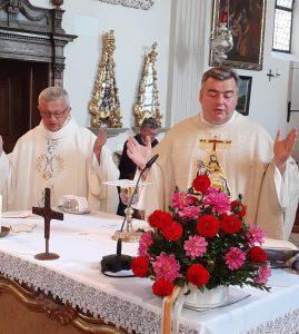 Pater Dariusz (li.) und Pater Jakob zelebrieren am Wallfahrtstag gemeinsam den Festgottesdienst.