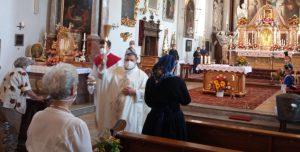 Pater Jakob M. Zarzycki segnet die mitgebrachten Kräuterbuschen.